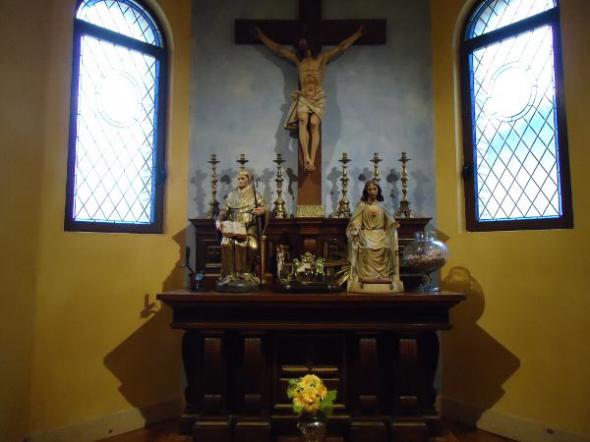 Un altar en el sal n de plenos del ayuntamiento de olite for Oficina liquidadora madrid