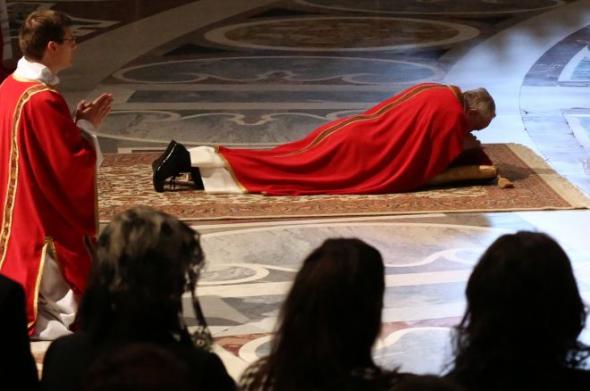 Bergoglio reza tendido 2013