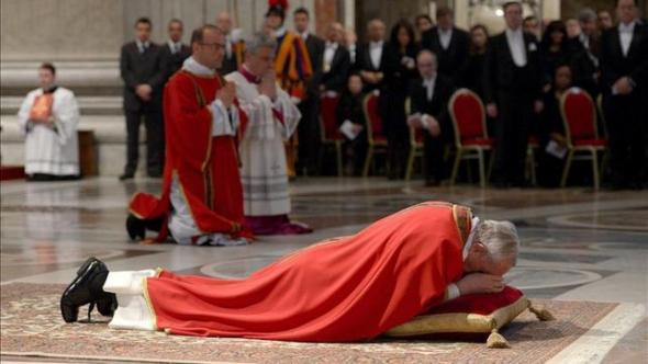 Bergoglio reza tendido