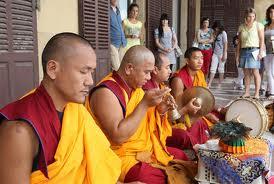 Budistas purifican San Sebastián