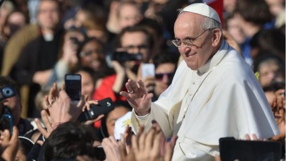 Bergoglio saludando