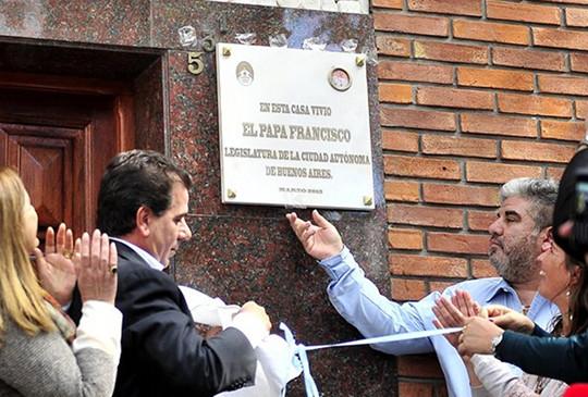 Bergoglio placa