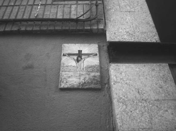 Alcantarilla cruz en calle
