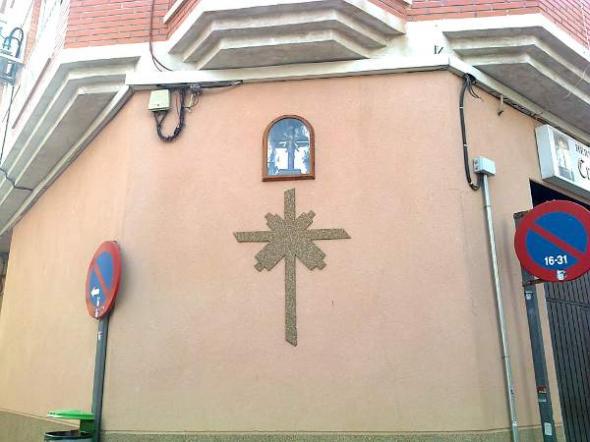 Alcantarilla cruz en la calle