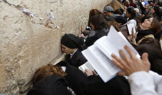 Mujeres rezan Muro Lamentaciones 2013