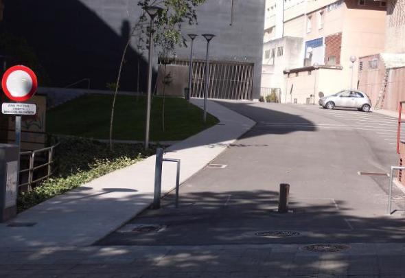 Jardín y aparcamiento iglesia de Os Rosales