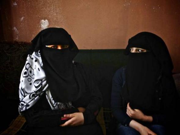 Casamentera y novia con niqab