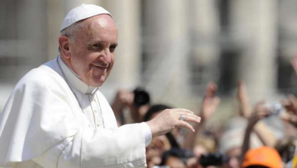 Bergoglio papa saluda