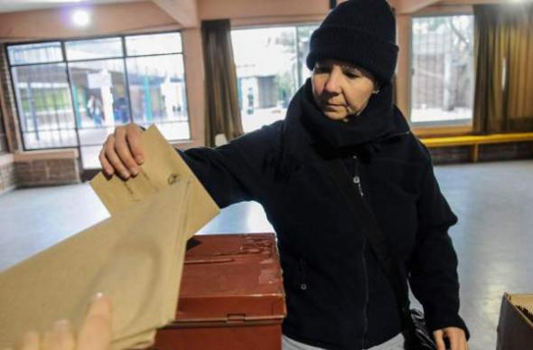 mujer votando Uruguay