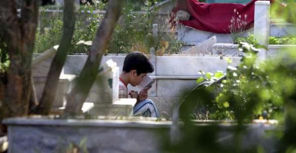 Joven musulmán rezando Karachi