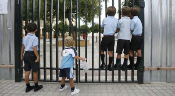 Alumnos entrada colegio Sevilla