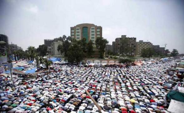 islamistas rezando El Cairo 2013 contra golpe militar