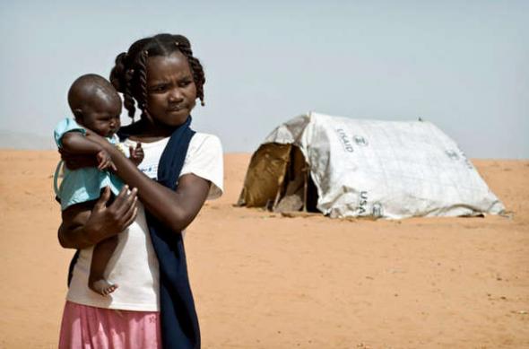 niña con bebé campamento Sudán