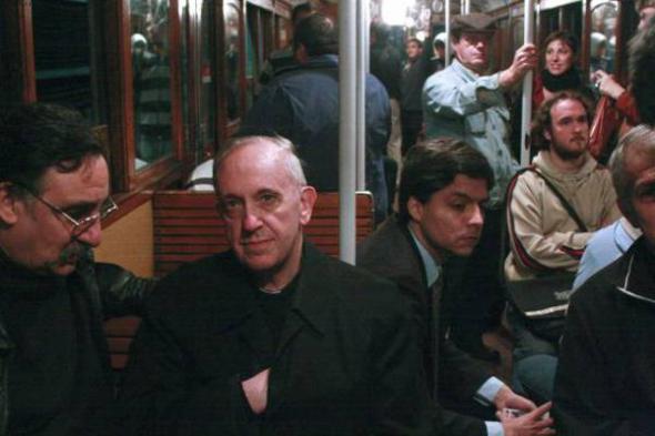 Bergoglio cardenal en el metro