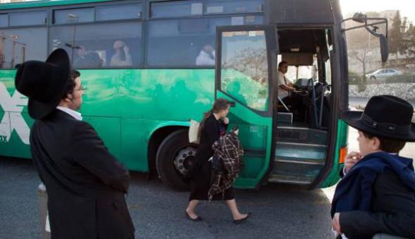 mujer bus y ultraortodoxos judíos