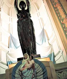 En 2003, la Corte sacó de Tribunales una escultura de la Virgen.