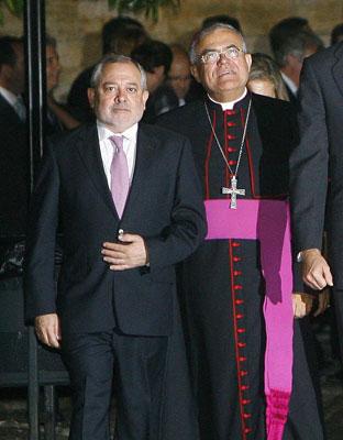 El alcalde y el obispo de Córdoba, en la Mezquita.E.G