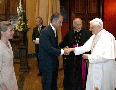Camps saluda al Papa durante la visita que realizó a Valencia en julio de 2006.EFE