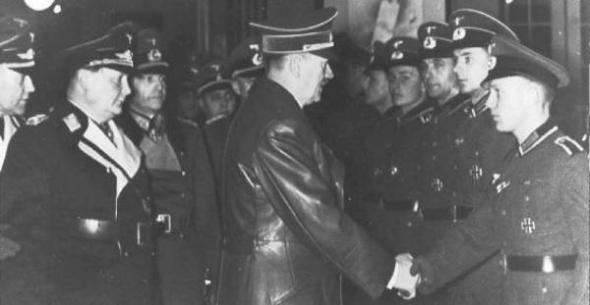 Hitler saluda soldados 1940
