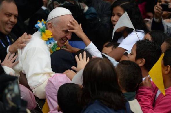 Bergoglio con niños Brasil 2013