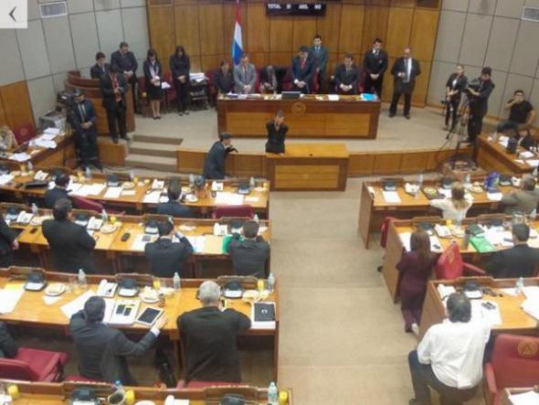 Senadores arrodillados Paraguay