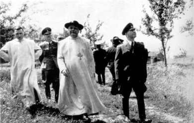 Dictador fascista croata Ante Pavelic con obispos