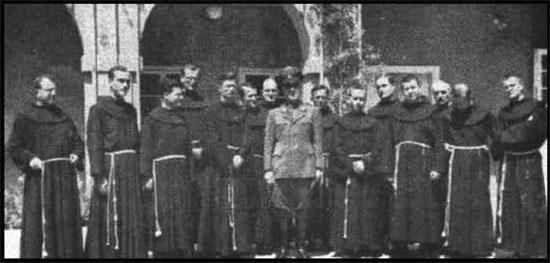 Dictador fascista croata Ante Pavelic con franciscanos
