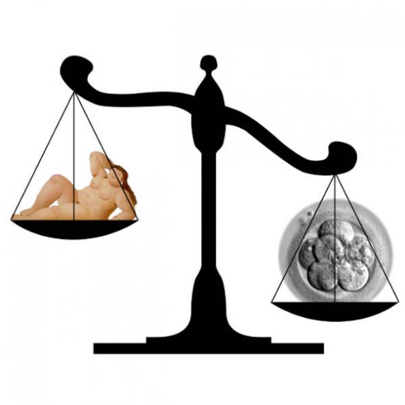 balanza embrión mujer