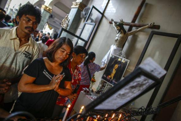 rezando iglesia Filipinas ante tifón 2013