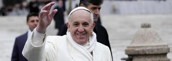 Bergoglio saluda
