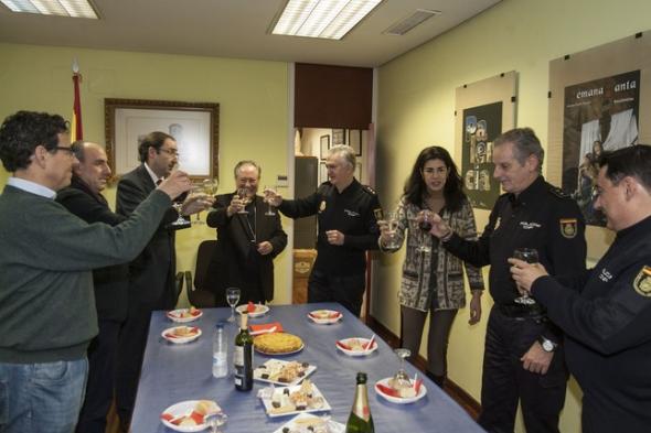 obispo con policía nacional Palencia 2013