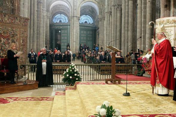 Ofrenda traslado restos Santiago delegada regia