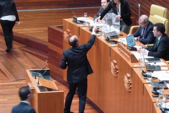 Monago PP Extremadura votando Parlamento