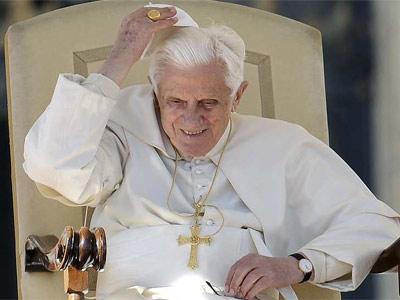 El papa Benedicto XVI se coloca el gorro después de que volase debido a una ráfaga de viento, ayer, en Plaza de San Pedro del Vaticano. EFE/ETTORE FERRARI