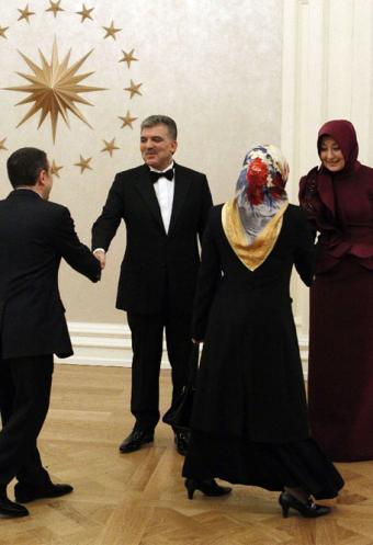 Abdullah Gul y su esposa Hayrunnisa Gul (derecha) dan la bienvenida a los invitados a la recepción presidencial en Ankara- REUTERS
