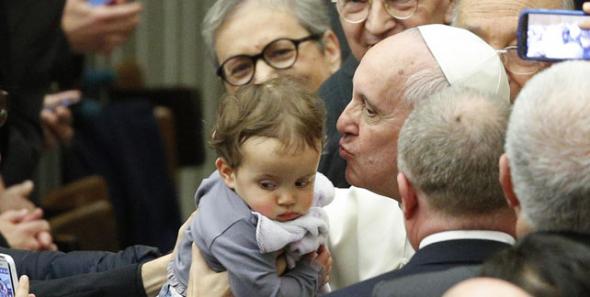 Bergoglio con niño 2014