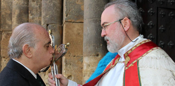 Jorge Fernandez ministro Interior besando crucifijo