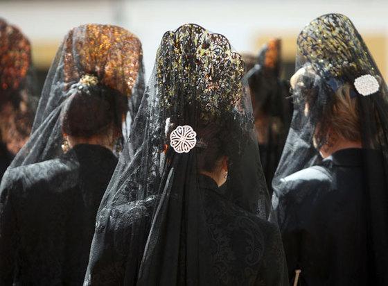 mujeres con mantilla negra
