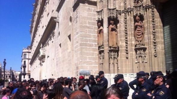 desalojo Corrala Utopía ante catedral Sevilla 2014