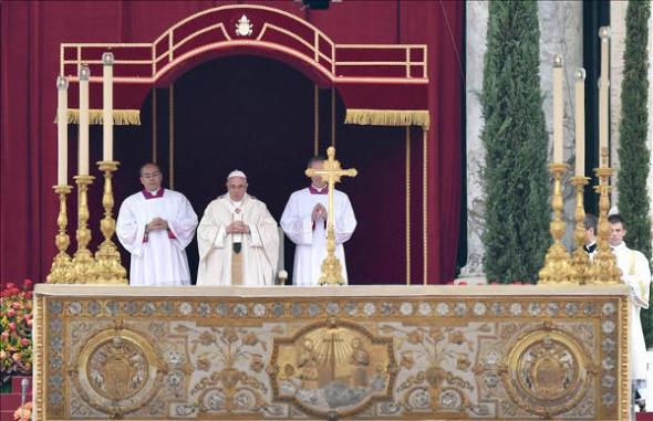 Bergoglio canonizando 2014