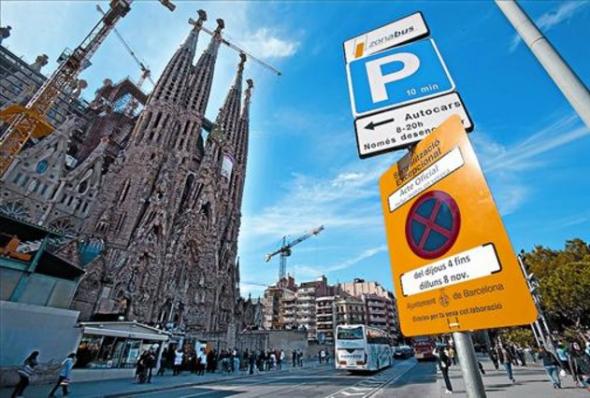Señalización extraordinaria en el entorno de la Sagrada Família motivada por la visita del Papa. FERRAN NADEU
