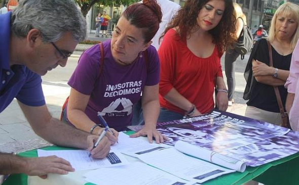 IU recoge firmas aborto 2014