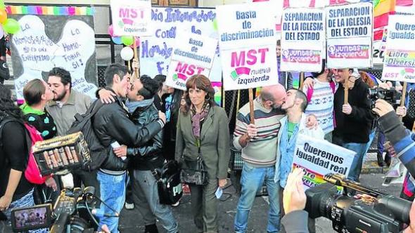 besos contra homofobia Argentina 2014