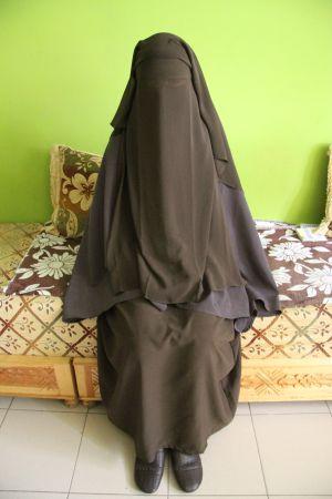 Chadia menor con niqab