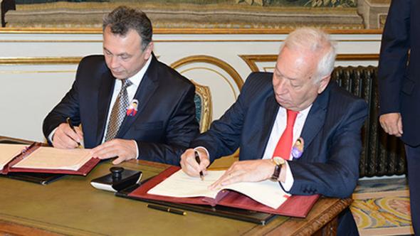 firma convenio España Ruisa adopciones 2014