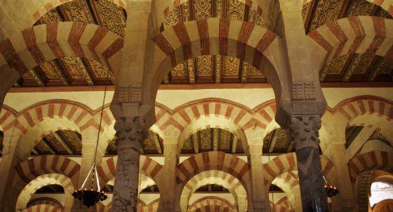 mezquita Córdoba arcos y lámparas