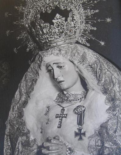 virgen con la cruz de hierro nazi