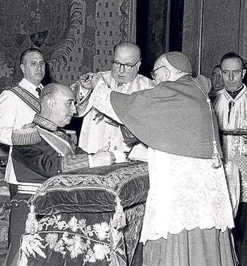 Franco recibe Orden Suprema de Cristo 1954