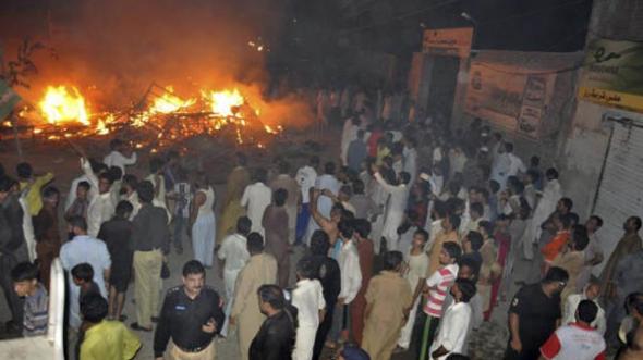 incendia casa 3 muertos por blasfemia Pakistán 2014