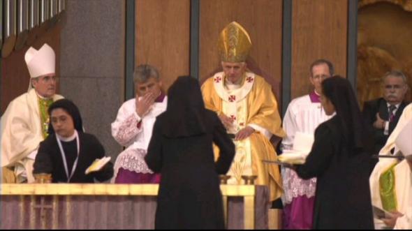monjas limpiando altar
